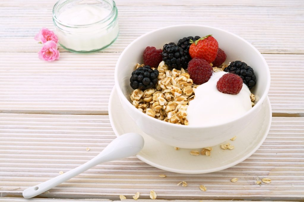 low GI breakfast recipes for families oats, yogurt and berries